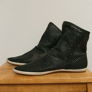 🌓SANUK cool perforated black leather slouch booties